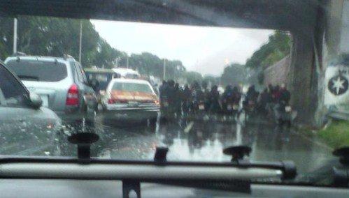"""FOTO: Los motorizados """"estrellas"""" que se pararon bajo el puente San Pedro en la Valle-Coche"""